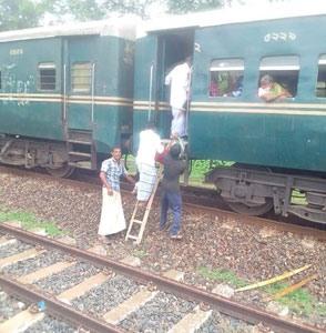 নাটোরের মালঞ্চি রেলস্টেশনে  স্টেশন মাস্টার নেই : টিকেট আর সিগন্যাল ছাড়াই চলছে ট্রেন