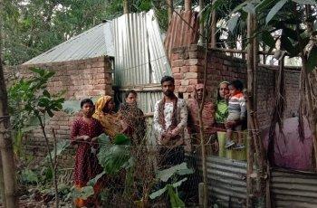 নওগাঁয়  ইটের প্রাচীরে অবরুদ্ধ  এক অসহায়  পরিবার