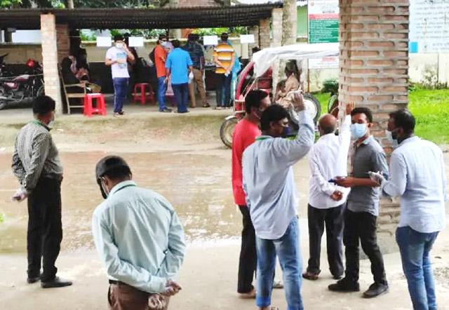 বাঘারপাড়ায় গ্যারেজে চলছে করোনার নমুনা সংগ্রহ:সংক্রমণ ছড়িয়ে পড়ার আশঙ্কা