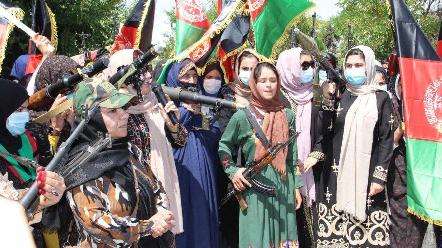 জঙ্গি সংগঠন তালেবান রুখতে আফগানিস্তানের রাজপথে সশস্ত্র নারী যোদ্ধারা
