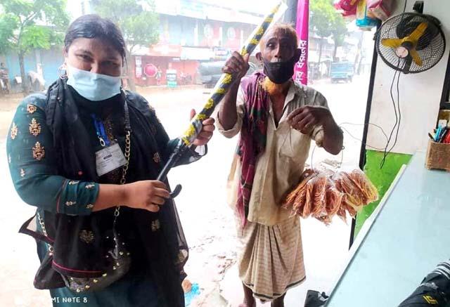 অসহায় দিনমজুরদের ছাতা দিলেন কলেজ ছাত্রী জেরিন
