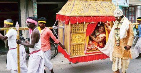 কালের আবর্তে হারিয়ে যাচ্ছে গ্রাম বাংলার ঐতিহ্য স্বাধীন বাহন পালকী